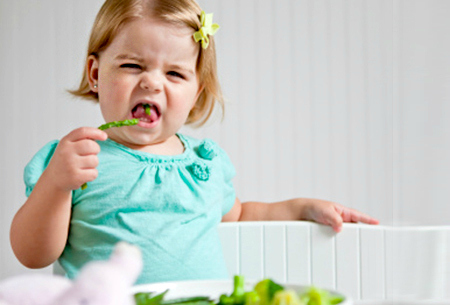 child_eating_veges_18ne7un-18ne7ut