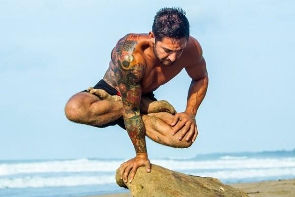 10 meggyőző bizonyíték, hogy a jóga a férfiaknak is jól áll